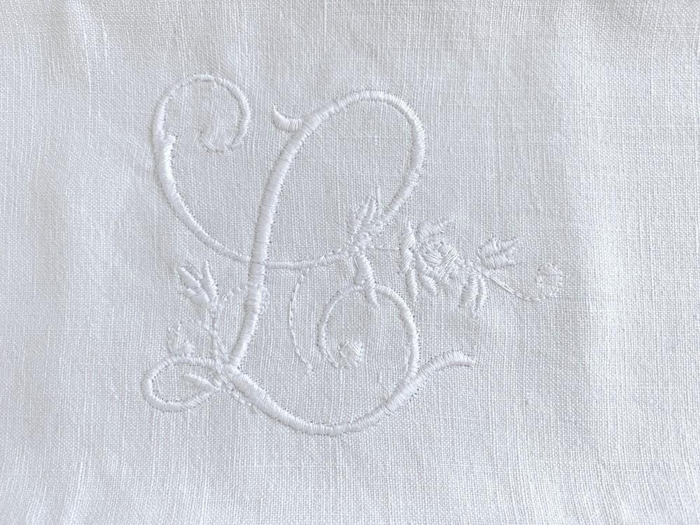 monogramme brodé L linge ancien Cottage et Patine