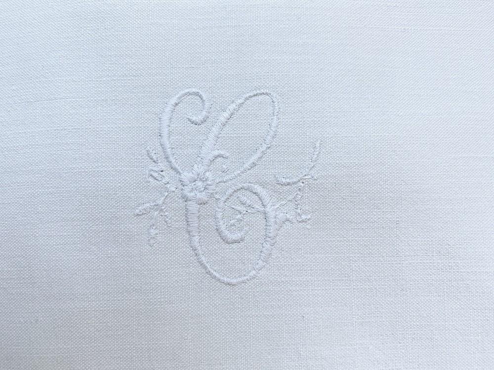 monogramme brodé C linge ancien Cottage et Patine